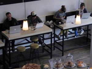 Die Digitale Bohème bei ihrer Lieblingsbeschäftigung. Gemeinsam einsam im globalen Dorf des www. -  Foto: leralle unter CC-Lizens auf flickr.com