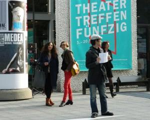 Gewohnter Anblick vor dem Festspielhaus.  Suche Karte - Foto: St. B.