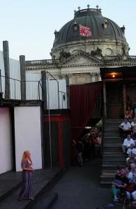 Das Amphitheater des Hexenkessels im schöner Nachbarschaft zum Bodemuseum - Foto: St. B.
