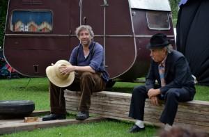 Hans im Glück_Rob Wyn Jones als Hans und der Freund (David Johnston)