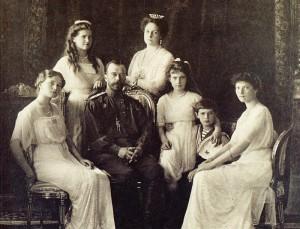 Agonie_Nikolaus II. mit seiner Gattin Alexandra und den fünf gemeinsamen Kindern_1913