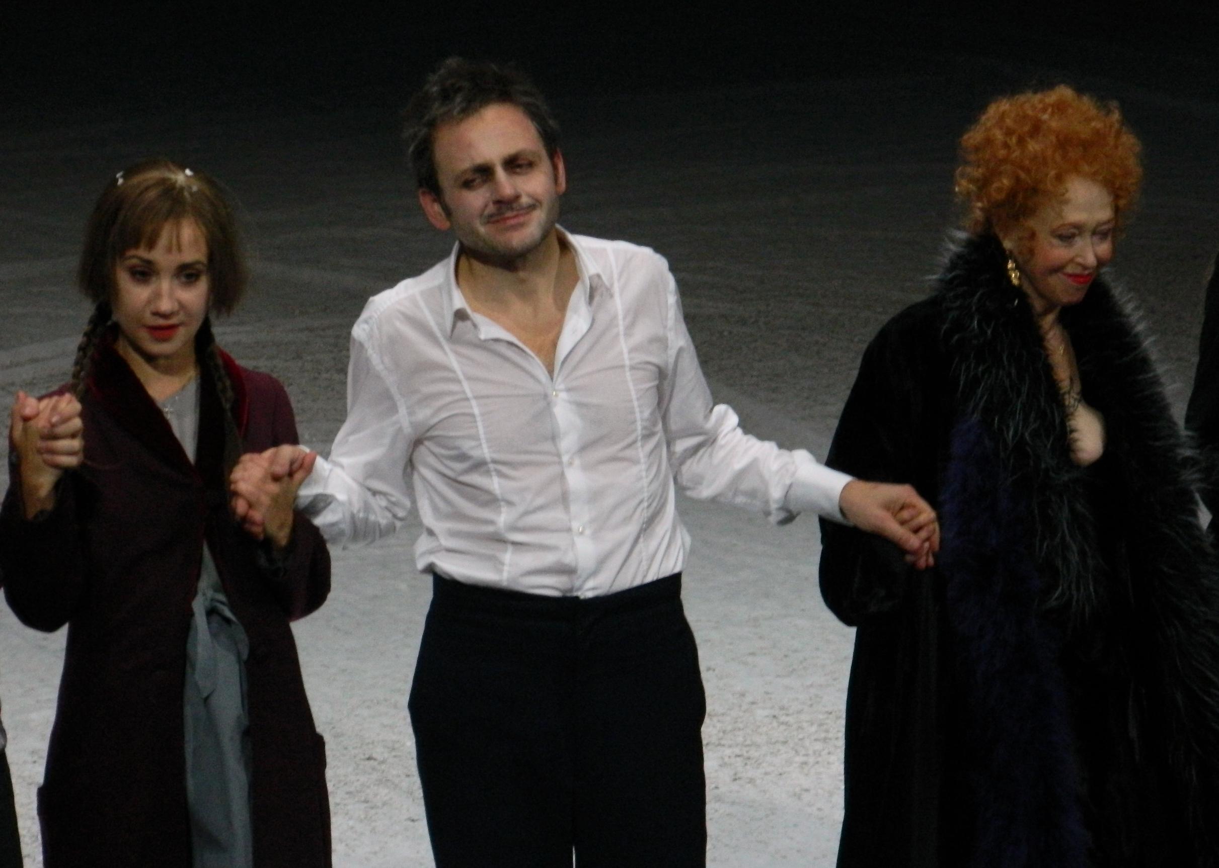 In eins nun die Hände. Hier stehen mehrere Jahre und Traditionen deutschsprachiger Theatergeschichte zusammen auf einer Bühne. – Foto: St. Bock