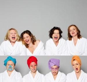 Die Damen warten an den Hamburger Kammerspielen - Foto: Oliver Reetz