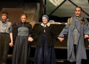 Nelli, Anna und Katharina Thalbach sowie Pierre Besson nach der Premiere von Roter Hahn im Biberpelz in der Komödie am Kurfürstendamm - Foto: St. B.