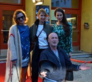 ART GIRLS_Inga Busch, Megan Gay, Saralisa Volm und Peter Lohmeyer vor dem Kino Babylon