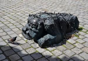 Denkmal des Knienden und straßenwaschenden Juden von Alfred Hrdlicka am Helmut-Zilk-Platz in Wien - Foto: St. B.