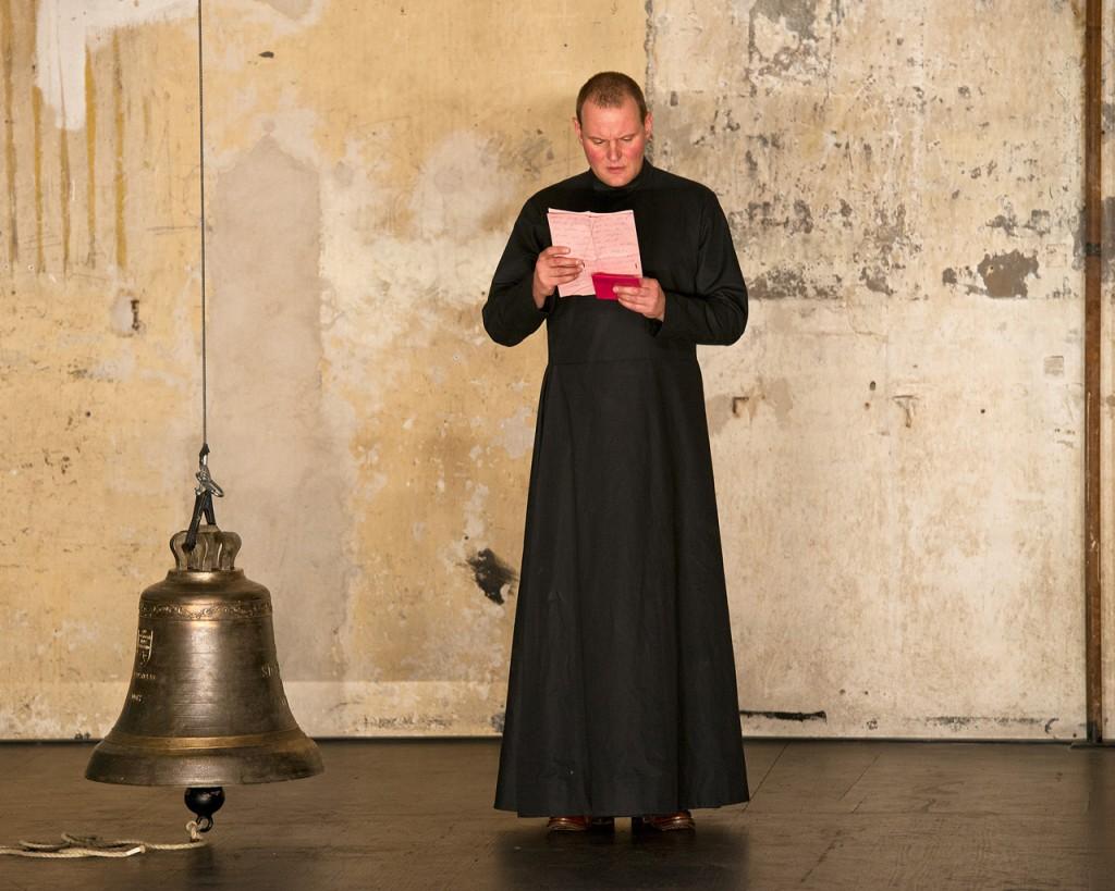 Devid Striesow als Aljoscha Karamasow in den Sophiensaelen Berlin - Foto (C) Arwed Messmer