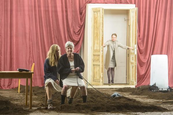 die unverheiratete - Stefanie Reinsperger (die Junge), Elisabeth Orth (die Alte), Christiane von Poelnitz (die Mittlere) - Foto (C) Georg Soulek /Burgtheater
