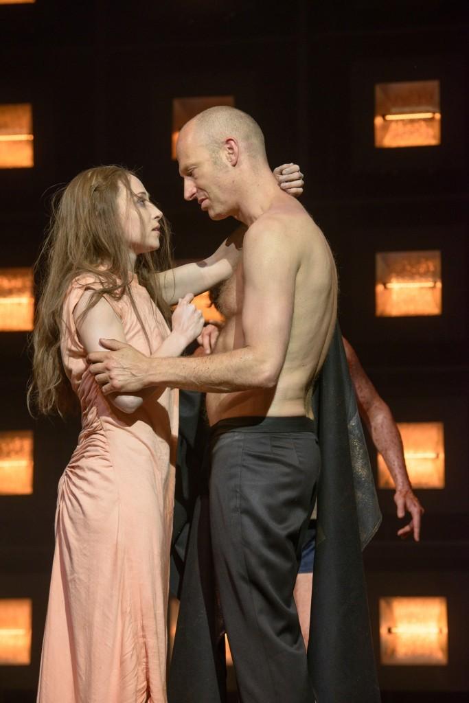 Aenne Schwarz (Antigone), Joachim Meyerhoff (Kreon) in der Antigone am Burgtheater Wien  Foto (C) Georg Soulek