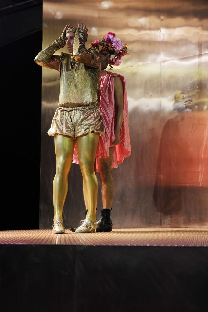 Simon Zagermann (Edward) und Thiemo Strutzenberger (Gaveston) in Edward II. Die Liebe bin ich am Schauspielhaus Wien - Foto (C) Alexi Pelekanos
