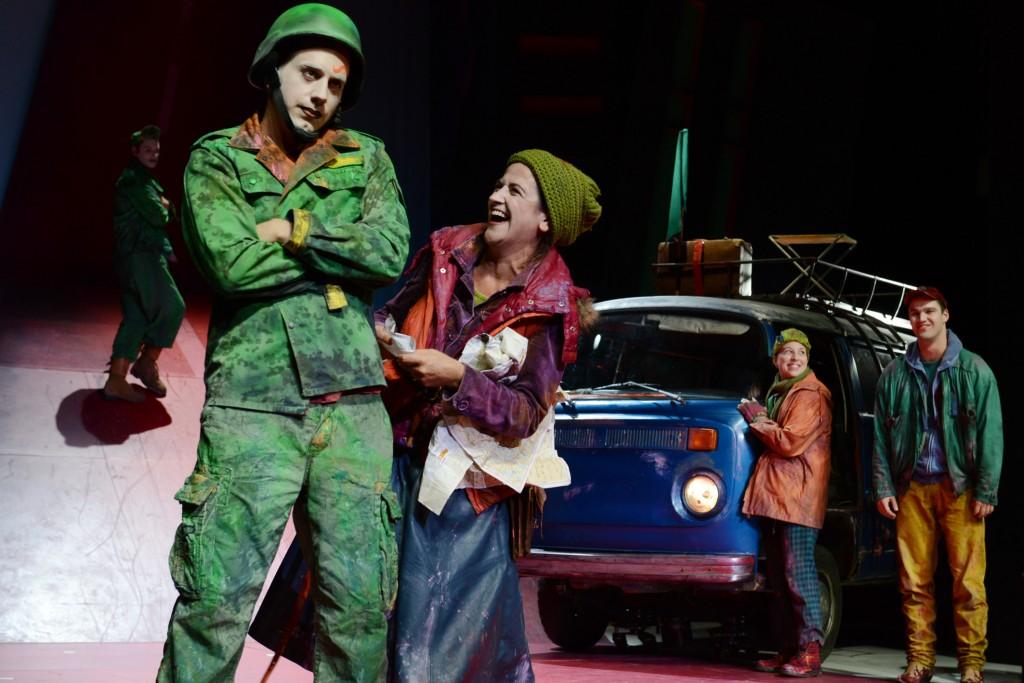 Mutter Courage und ihre Kinder in der Neuen Bühne Senftenberg - Foto (C) Steffen Rasche