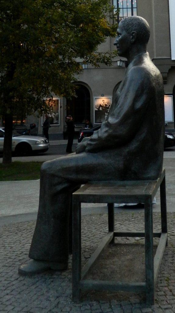 Brecht-Denkmal vor dem BE - Foto: St. B.