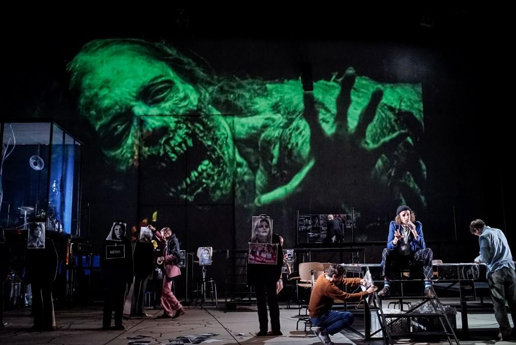 FEAR an der Schaubühne - Foto (c) Arno Declair
