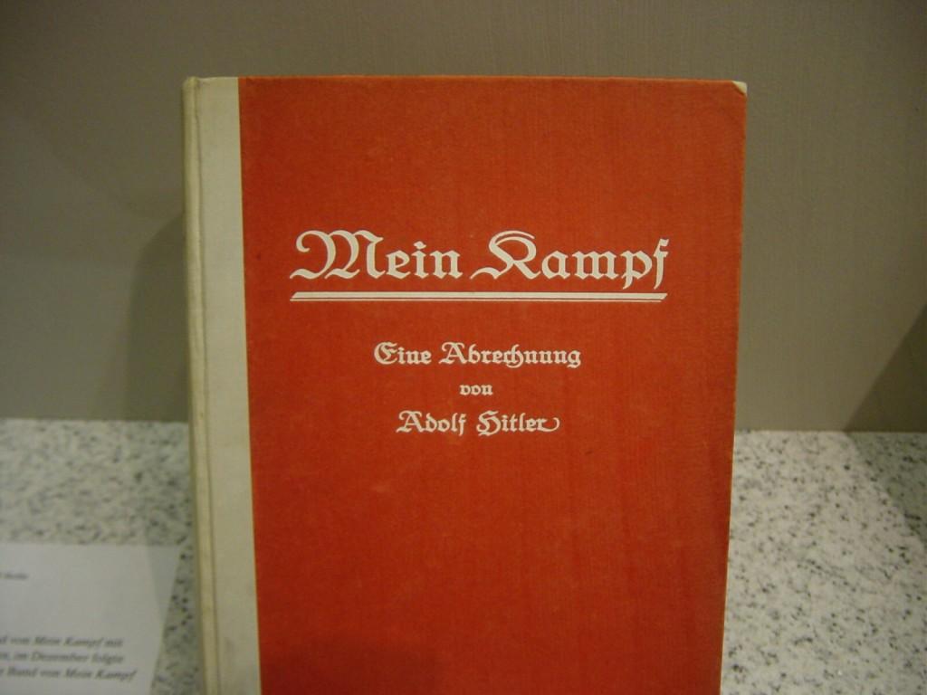 Mein Kampf_Erstausgabe von 1925 im DHM (c) Huttenlocher auf Wikipedia