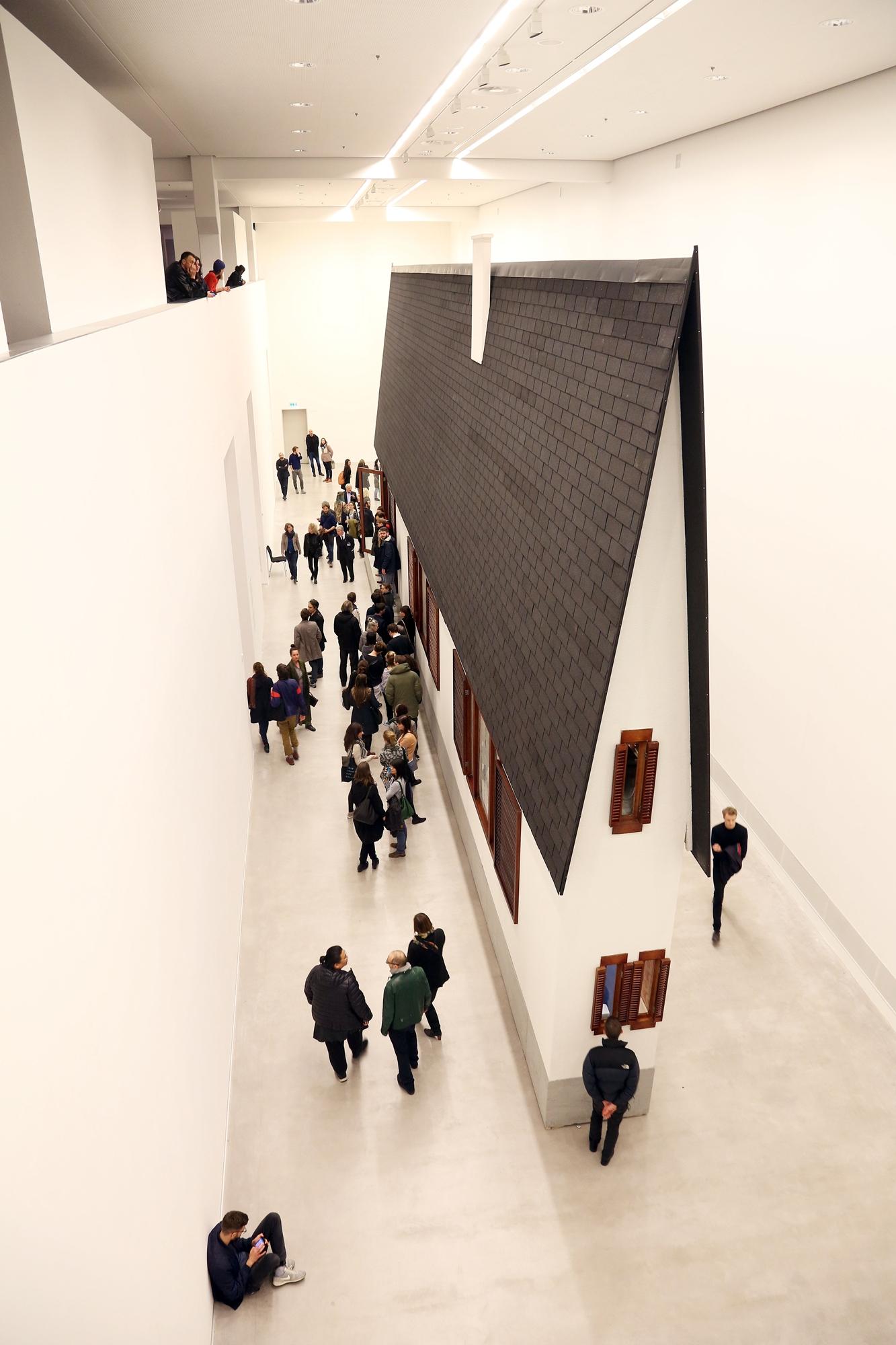 Erwin Wurm, Narrow House, Berlinische Galerie 2016, © Erwin Wurm, VG Bild-Kunst Bonn, 2016, Foto: Amin Akhtar