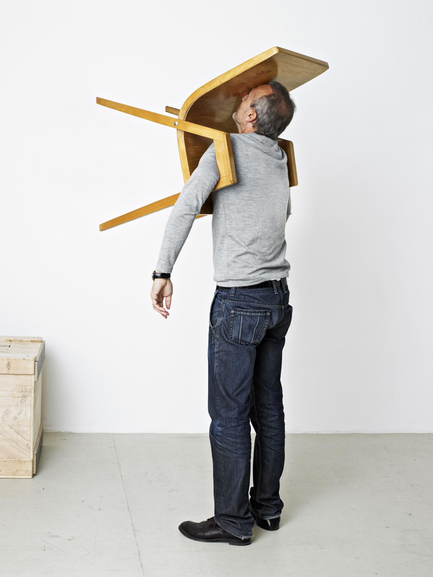 Erwin Wurm, The Idiot III (One Minute Sculpture), 2010, © Erwin Wurm, VG BILD-KUNST Bonn, 2016, courtesy: Galerie Thaddaeus Ropac, Salzburg, Paris, Foto: Studio Erwin Wurm