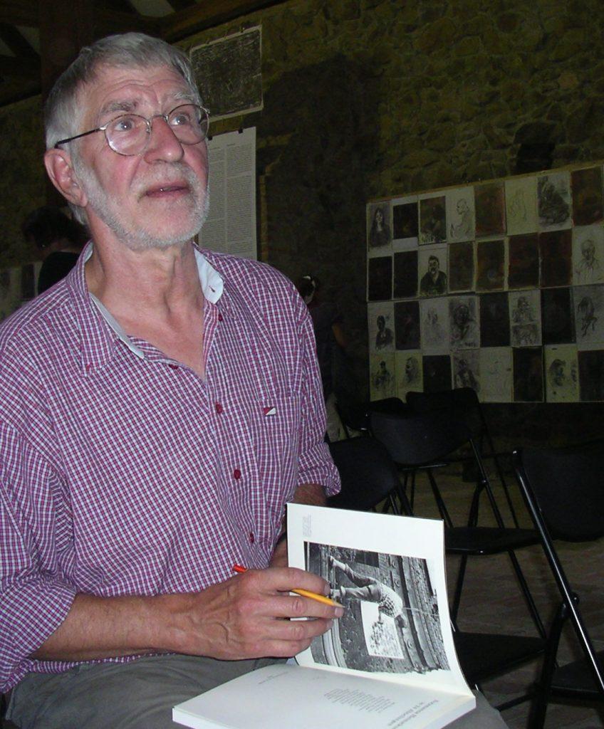 Manfred Butzmann während einer Ausstellungseröffnung im August 2009 - Foto (c) Spree Tom, Wikipedia